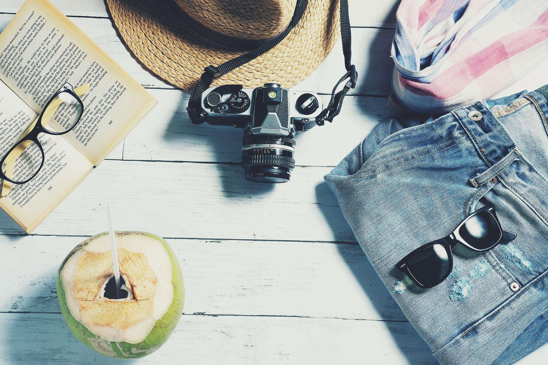 ferie illustrasjon, kamera, kokosnøtt solbriller , bok og skjerf