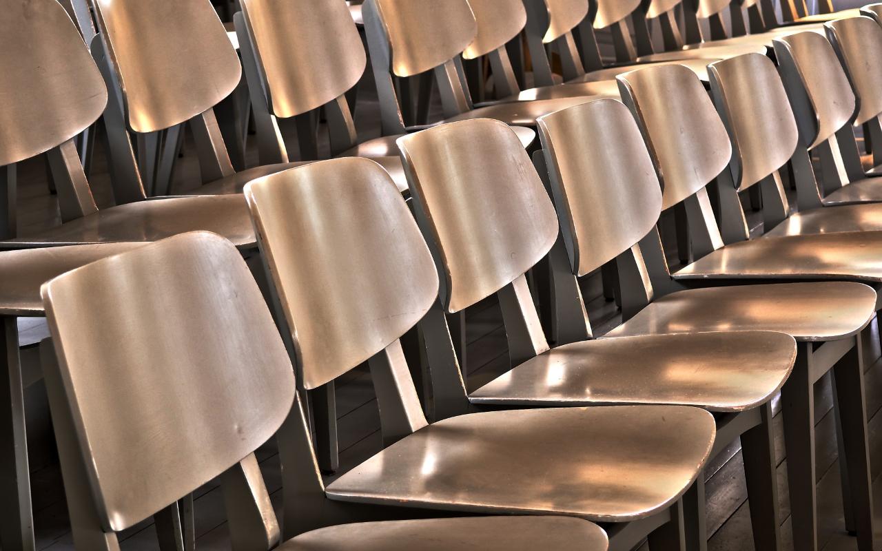 tomme stoler i en sal