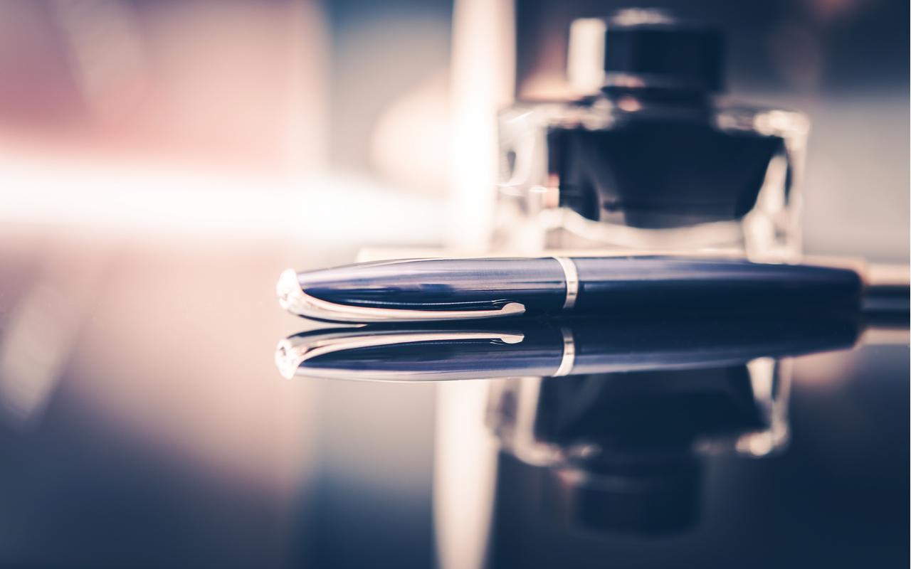 en penn på en pult